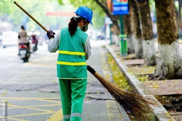 Công nhân nhiều lĩnh vực công ích Hà Nội đang bị giảm hoặc cắt lương do thành phố chậm thanh toán