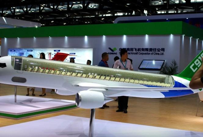 Mô hình máy bay chở khách C919 của COMAC được trưng bày tại hội chợ hàng không ở Bắc Kinh tháng 9/2017. Ảnh: REUTERS