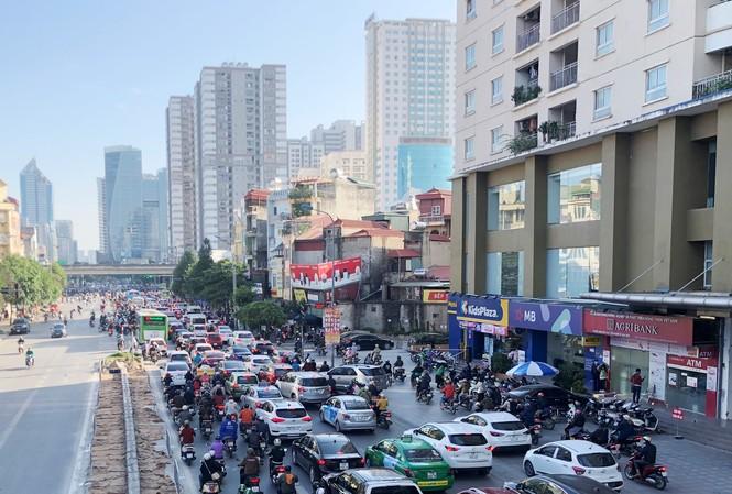 Đường ùn tắc, bên cạnh là hàng chục tòa nhà cao tầng tại nút giao Lê Văn Lương - Vành đai 3 (Ảnh chụp sáng 30/11 / Ảnh: A.Trọng)