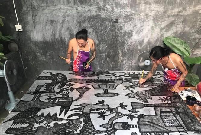 Hai anh em song sinh Thanh - Hải đang đồng sáng tạo trên một tác phẩm. Ảnh: NVCC