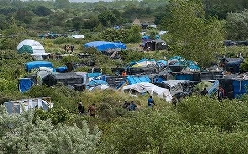 Một trại tỵ nạn tạm bợ của người nhập cư gần Calais (Pháp) (Ảnh AP)