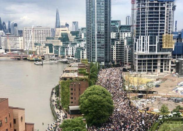 Người biểu tình Anh tiến về ĐSQ Mỹ ở phía Nam thủ đô London. Ảnh: Joey Kong.