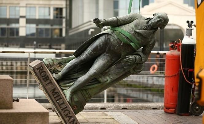 Anh cân nhắc dỡ bỏ các biểu tượng liên quan đến chế độ nô lệ. Ảnh: BBC.