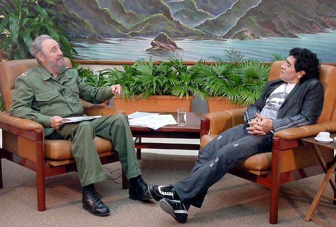Sinh thời, Diego Maradona rất mực kính trọng vị lãnh tụ Cuba, Fidel Castro. Ảnh: Archyde.