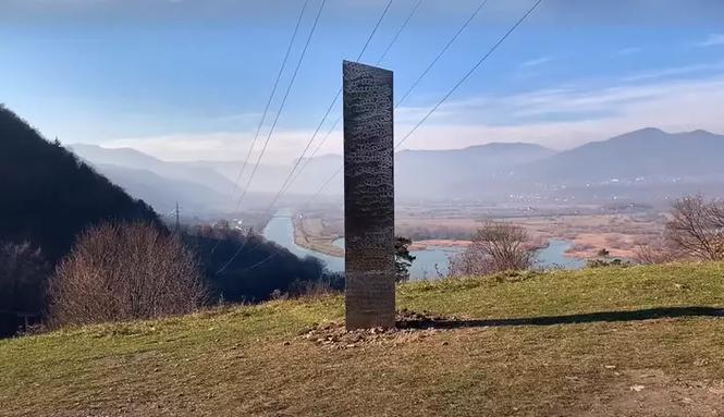 Cột kim loại bí ẩn xuất hiện ở Romania