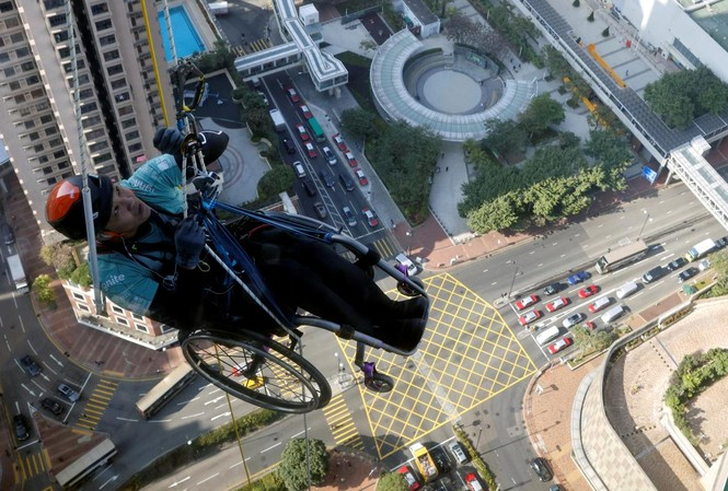 Dùng xe lăn leo nhà chọc trời