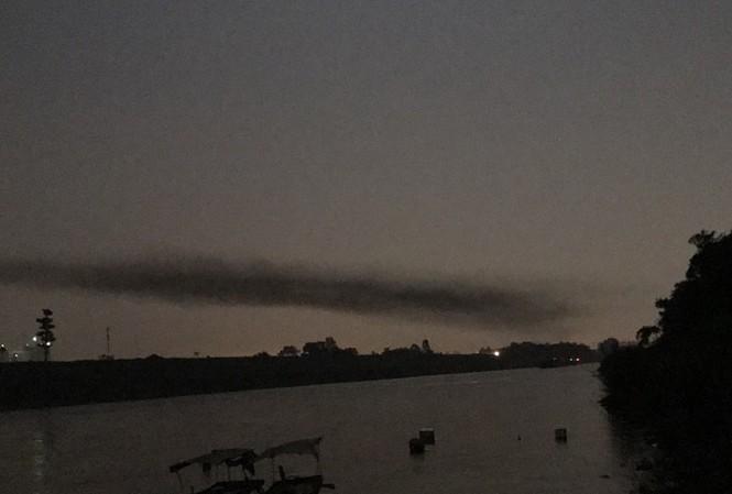 Kỳ lạ dải khói đen bao phủ dọc cầu Nhật Tân
