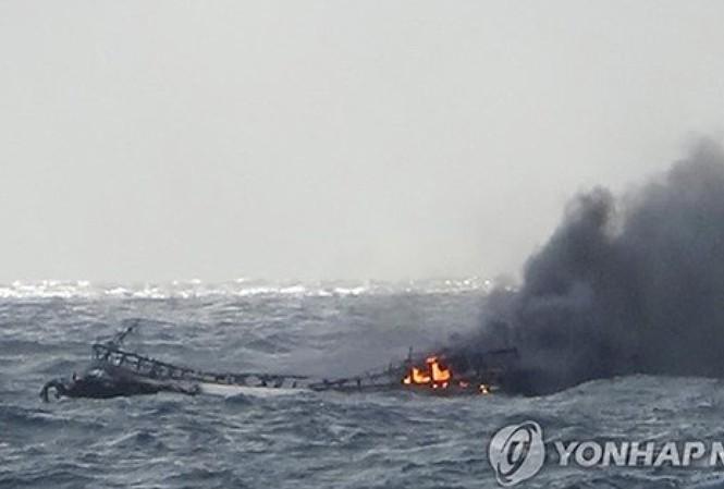 Cận cảnh Tàu Daesung - ho bị cháy khiến 6 thuyền viên Việt tử vong. Ảnh: Yonhap.