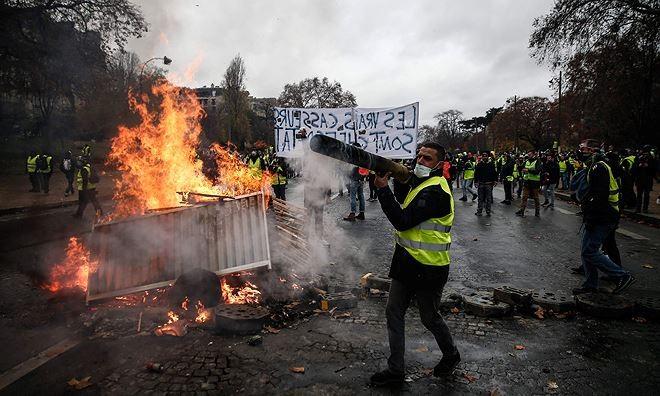 Một cảnh tượng hỗn loạn trên đường phố Paris. Ảnh: Guardian