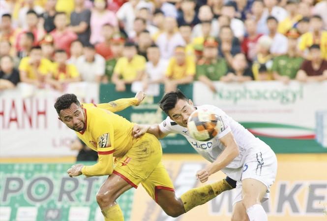 HAGL (phải) của bầu Đức đối diện muôn vàn khó khăn ở chặng cuối V-League năm nay. Ảnh: VSI