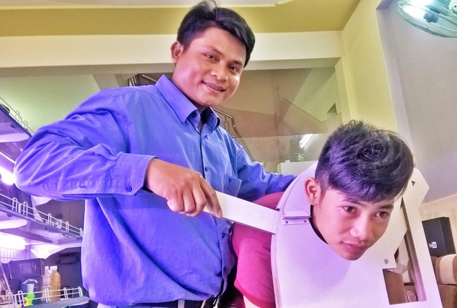 """Ảo thuật gia trẻ Đinh Văn Hồ đang luyện tập tiết mục ảo thuật """"cắt đầu người"""". Ảnh: Trần Nguyên Anh"""