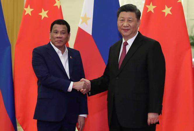Tổng thống Philippines Rodrigo Duterte gặp Chủ tịch Trung Quốc Tập Cận Bình trong chuyến thăm Bắc Kinh vào tháng 4. Ảnh: Reuters