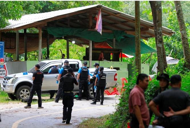 Cảnh sát Thái Lan khám nghiệm hiện trường vụ tấn công. Ảnh: REUTERS/Surapan Boonthanom