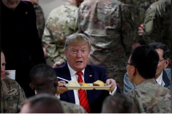 Ông Trump ăn tối với các binh sỹ Mỹ đồn trú tại Afghanistan. Ảnh: Reuters