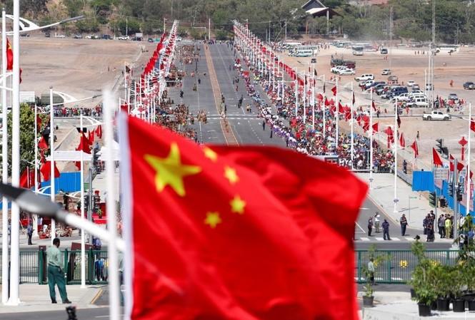 Cờ Trung Quốc bay trước một tuyến đường lớn do Trung Quốc xây dựng ở thủ đô Port Moresby, Papua New Guinea, ngày 16/11/2018. Ảnh: Reuters