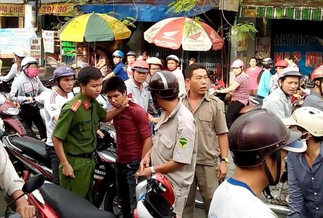 Công an TPHCM phối hợp quần chúng nhân dân khống chế một đối tượng có hành vi cướp giật. Ảnh: CACC
