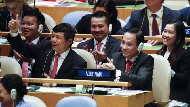 Đoàn đại diện Việt Nam tại LHQ khi nghe tin Việt Nam trúng cử vị trí Ủy viên không thường trực HĐBA LHQ với số phiếu gần như tuyệt đối. Ảnh: TTXVN