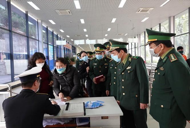 Đoàn công tác Bộ Tư lệnh BĐBP kiểm tra, nắm tình hình kiểm soát dịch viêm phổi tại Cửa khẩu quốc tế Móng Cái, sáng 29/1. ẢNH: NGUYỄN MINH