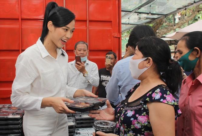 Hoa hậu Đỗ Thị Hà trao phần cơm trưa đến người bệnh. Ảnh: NGÔ TÙNG