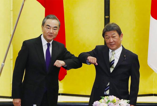 Ông Toshimitsu Motegi (phải) và ông Vương Nghị trong cuộc gặp tại Tokyo ngày 24/11. Ảnh: AP