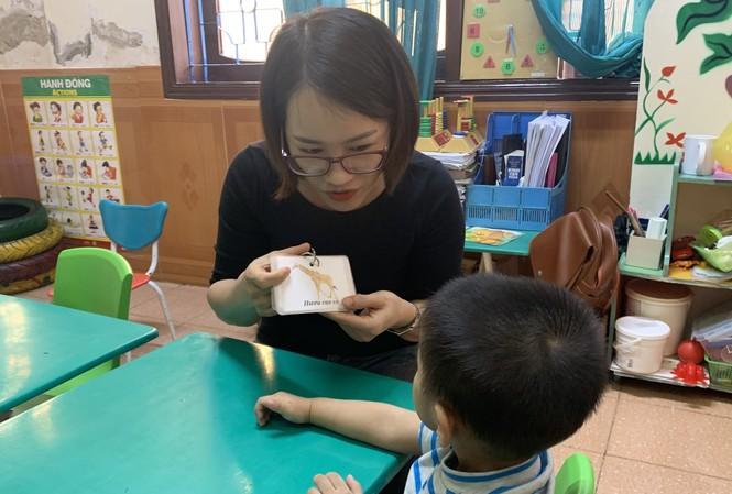Cô Hà Thị Lê Na hướng dẫn trẻ nhận biết con vật