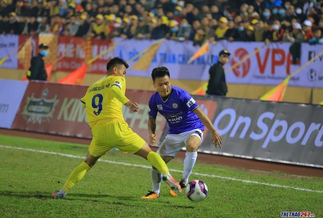 Một pha bóng trong trận mở màn của LS V-League 2021
