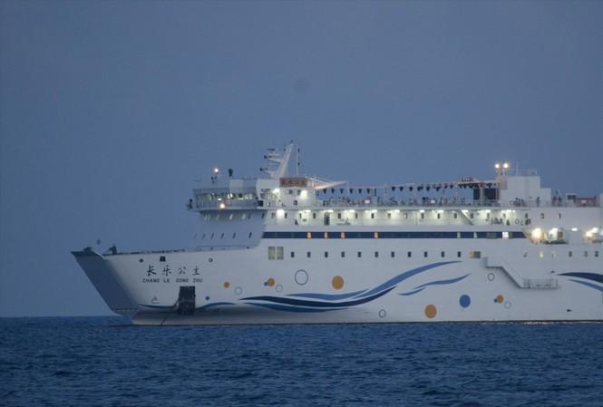 Vùng đánh cá chuồn gần đảo Duy Mộng bị Trung Quốc đưa tàu 3 sao Chang Le Gong Zhu liên tục chở khách du lịch trái phép ra Hoàng Sa. Ảnh: Văn Chương