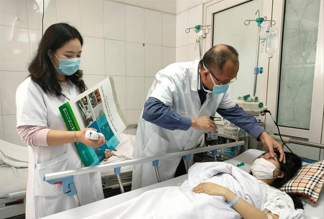 Bác sĩ Nguyễn Hồng Hà kiểm tra lại thị lực cho bệnh nhân H. Ảnh: Thái Hà