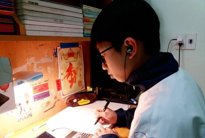 Một học sinh nông thôn ở tỉnh Bắc Giang học trực tuyến qua điện thoại