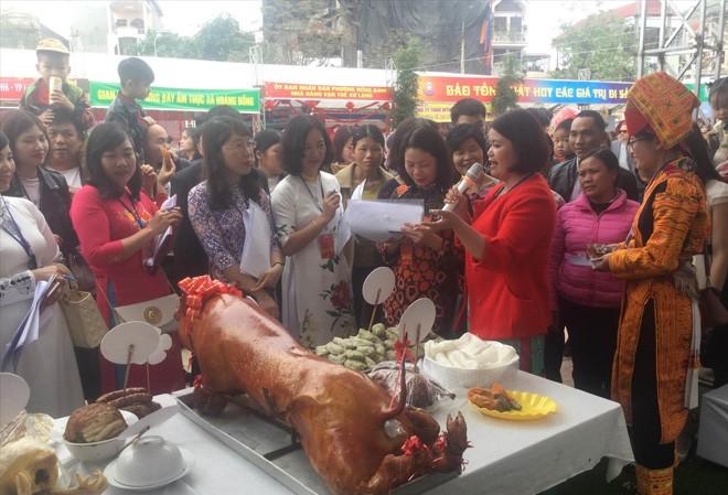 Mâm cỗ không thể thiếu món thịt lợn quay, đặc sản của địa phương. ảnh: Duy Chiến