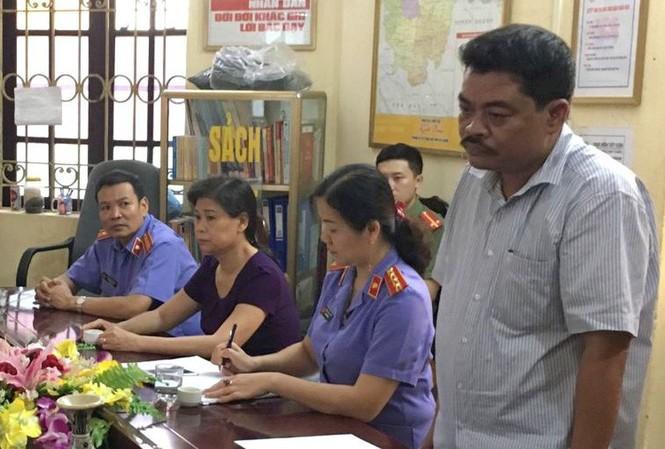 Bị can Nguyễn Thanh Hoài nghe đọc quyết định khởi tố - Ảnh công an cung cấp