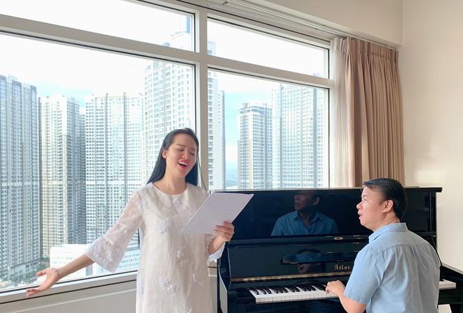 Nhạc sĩ Trần Mạnh Hùng luyện tập cùng ca sĩ Phạm Thùy Dung cho đêm hòa nhạc Trăng hát 29/9 tại Hà Nội . Ảnh: NVCC