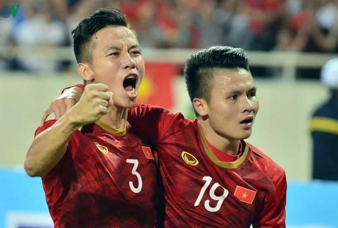 Quế Ngọc Hải và Quang Hải ăn mừng bàn thắng vào lưới Malaysia