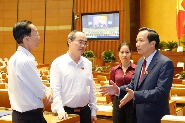 Bí thư Thành ủy TPHCM Nguyễn Thiện Nhân trao đổi với Bộ trưởng LĐ-TB&XH Đào Ngọc Dung và các đại biểu Quốc hội tại phiên thảo luận về Dự thảo Bộ Luật LĐ sửa đổi