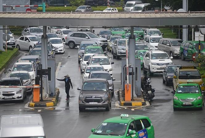 Trạm thu phí ô tô vào sân bay Tân Sơn Nhất luôn đông xe vào các khung giờ cao điểm