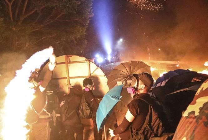 Cảnh đối đầu giữa người biểu tình và cảnh sát trong khuôn viên ĐH Trung văn Hong Kong. Ảnh: SCMP