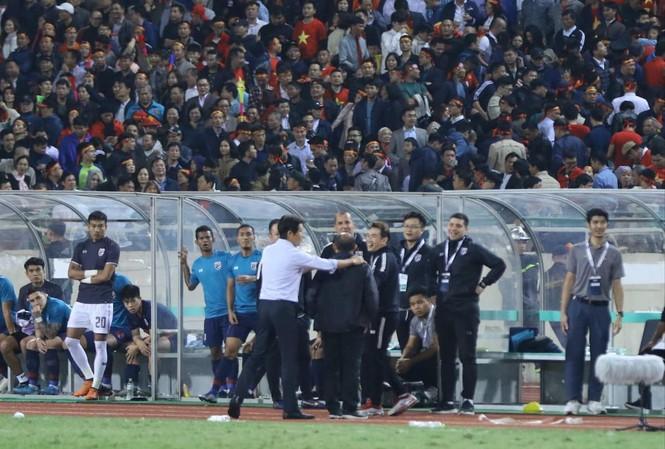 HLV Park Hang Seo nổi đóa trước hành động khiêu khích của trợ lý đội tuyển Thái Lan. Ảnh: NHƯ Ý