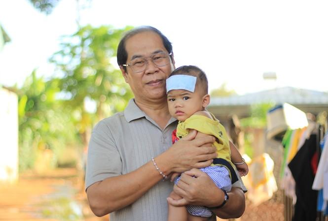 Ông Đinh Minh Nhật và con nuôi chưa đầy tuổi của mình