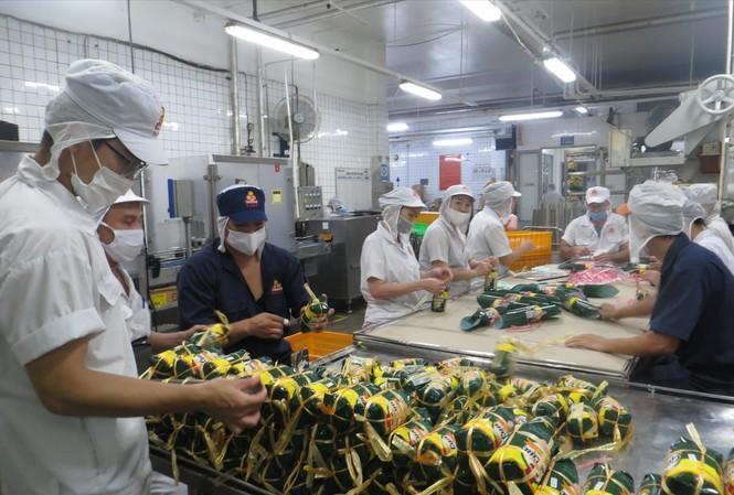 Sản phẩm tết đã bắt đầu bung hàng, dự báo giá sẽ cả doanh nghiệp lẫn người tiêu dùng thấp thỏm (ảnh tại một đơn vị sản xuất chả lụa tại TPHCM)