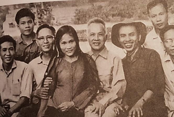 Từ trái qua Anh hùng Trần Thị Lý, LS Nguyễn Hữu Thọ, Trình Quang Phú (mũ tai bèo)