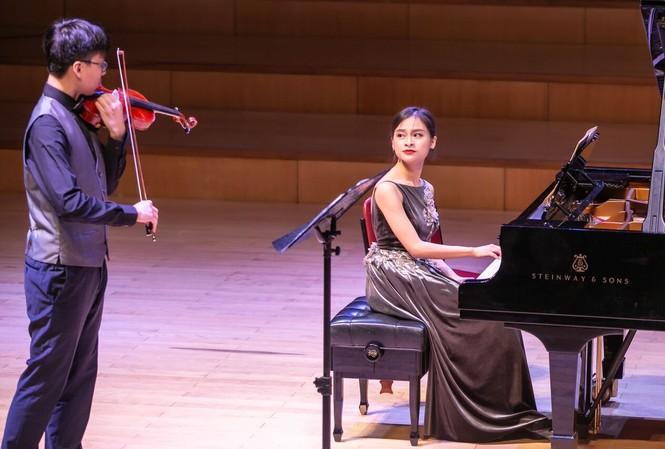 Pianist Bảo Quyên và em trai violinist Quang Tiến trong Hòa nhạc Le Chauffage 1