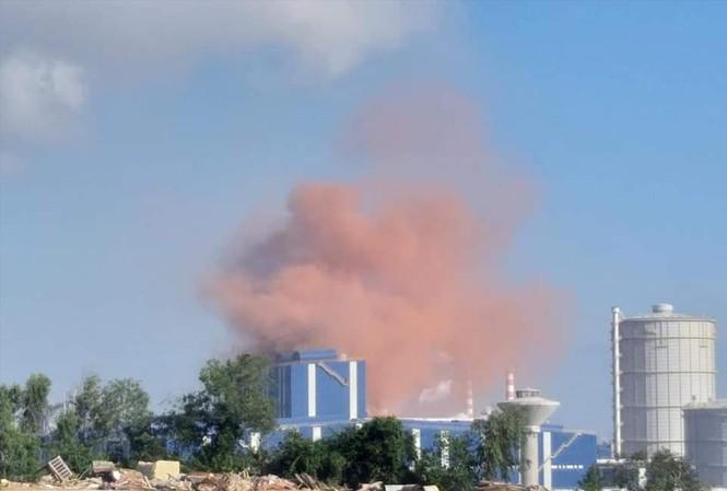 Khói bụi màu hồng lớn vừa xuất hiện ở nhà máy thép Hòa Phát Dung Quất.  Ảnh: Người dân cung cấp