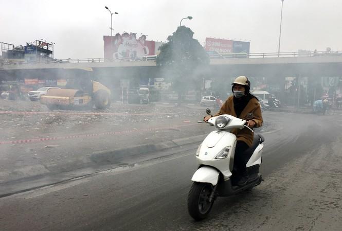 Đốt rác gây ô nhiễm không khí (Ảnh chụp tại Phố Vọng (Hà Nội) ngày 22/12). Ảnh: Nhật minh