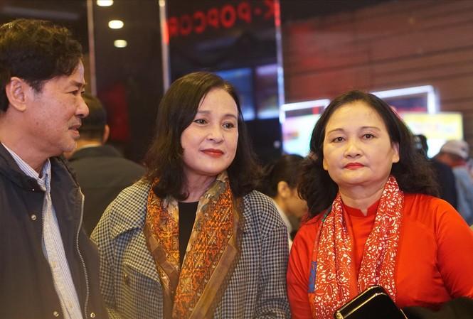 Nghệ sĩ Lê Dũng Nhi (từ trái qua) và NSND Hoàng Cúc cùng nhiều thế hệ nghệ sĩ, cán bộ công nhân viên hãng phim dự lễ kỷ niệm.  Ảnh: NGUYÊN KHÁNH