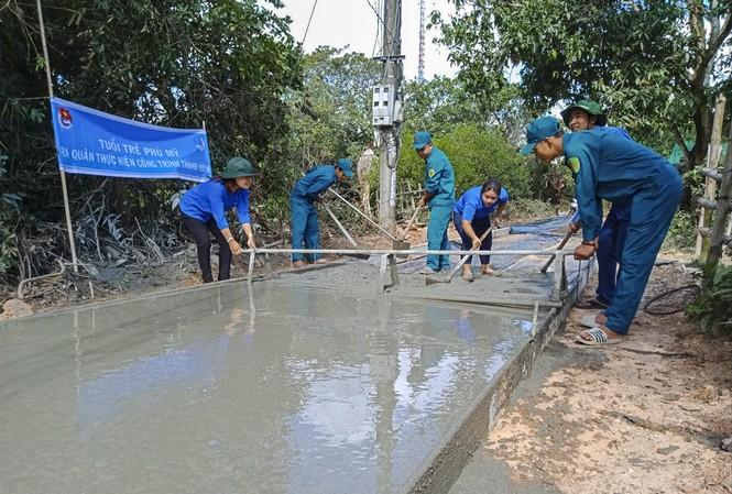 Các bạn trẻ Phù Mỹ (Bình Định) làm đường bê tông nông thôn tại thị trấn Phù Mỹ. Ảnh: Trương Định