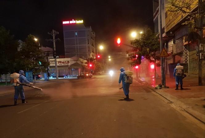 Đội phun xịt khử khuẩn CDC Bình Thuận làm việc ngày đêm để ngăn dịch bùng phát