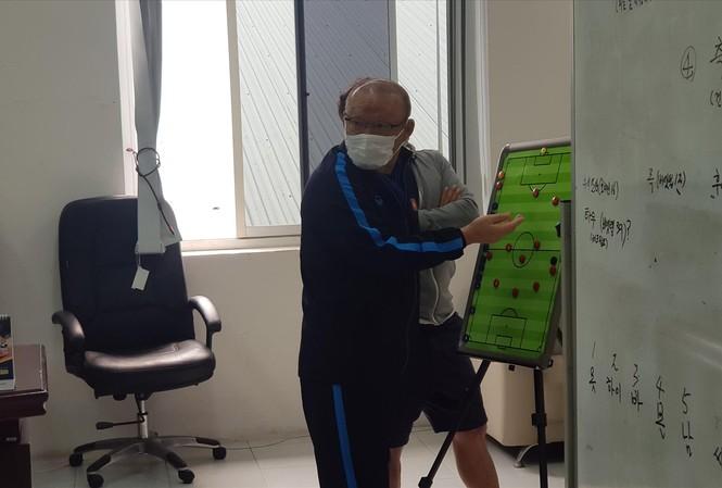 HLV Park Hang Seo tính toán các phương án thi đấu, nhân sự cho các ĐTVN. Ảnh: VFF