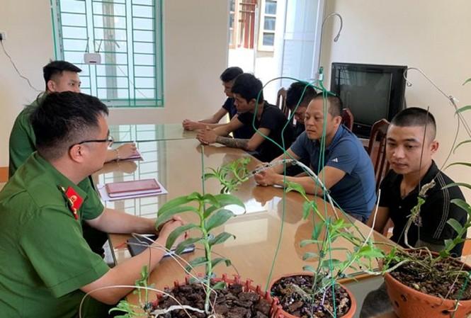 Cảnh sát làm việc với nhóm lừa bán hoa lan tại Hòa Bình. Ảnh: Công an tỉnh Hòa Bình