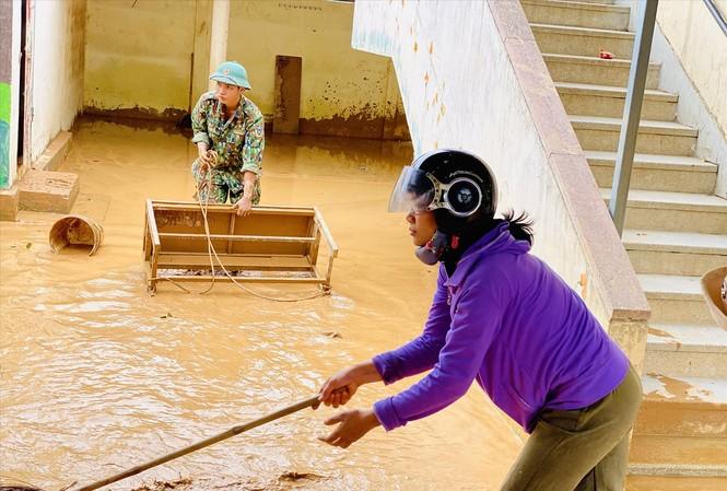 Các trường ở miền Trung chưa kịp dọn dẹp sau lũ lại phải hứng chịu cơn bão số 9