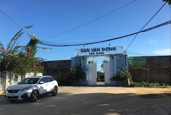 """Khoảng 18.000 m2 """"đất vàng"""" sân vận động Cam Ranh  chỉ được cho thuê hơn 3,5 triệu đồng/tháng. Ảnh Lữ Hồ"""
